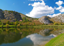 Lac mountain avec un ciel bleu Photographie stock