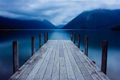 Lac mountain avec une jetée Photographie stock
