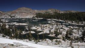 Lac mountain dans la région sauvage de désolation de la Californie banque de vidéos