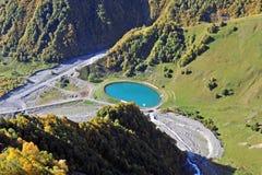 Lac mountain dans la vallée verte Image libre de droits