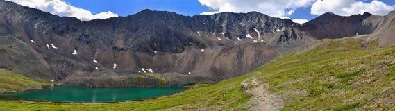 Lac mountain et le journal menant au passage Image libre de droits