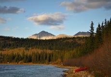 Lac mountain et un bateau sur sa banque Image stock
