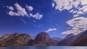 Lac mountain, nuages brouillés zoom Iskander-Kul banque de vidéos