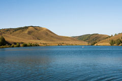 Lac mountain parmi les collines Paysage Image libre de droits