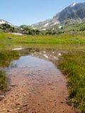 Lac mountain peu profond sur le fond de montagnes Image libre de droits