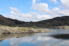 Lac mountains et ciel bleu avec quelques nuages Photographie stock libre de droits