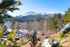 Lac mountainside Photos stock