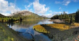 Lac mud, kananaskis - paysage de montagne Images stock