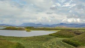 Lac Myvatn avec des pseudocraters et des îles verts chez Skutustadagigar, Diamond Circle, dans le nord de l'Islande, l'Europe photos stock