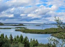 Lac Myvatn avec des pseudocraters et des îles verts chez Skutustadagigar, Diamond Circle, dans le nord de l'Islande, l'Europe photo stock