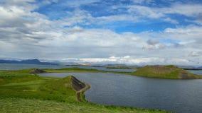 Lac Myvatn avec des pseudocraters et des îles verts chez Skutustadagigar, Diamond Circle, en Islande du nord, l'Europe images libres de droits