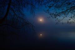 Lac night et la lune dans un brouillard Image libre de droits