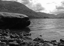 Lac noir et blanc sur les bords de l'eau Images stock