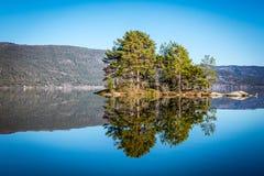 Lac norvégien avec des réflexions Photographie stock