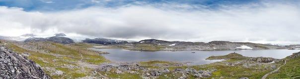 Lac norvégien en montagne photo stock