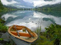 Lac norway avec le bateau photographie stock libre de droits
