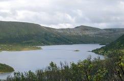 Lac norway avec les montagnes photos stock