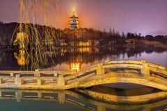 Lac occidental Hangzhou Zhejiang Chine bridge de pagoda de Leifeng de Chinois image stock