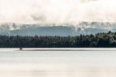 Lac ontario de Canada de deux canoës de canoë de rivières dessus près de l'eau en parc national d'algonquin photos stock