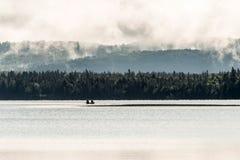 Lac ontario de Canada de deux canoës de canoë de rivières dessus près de l'eau en parc national d'algonquin photographie stock