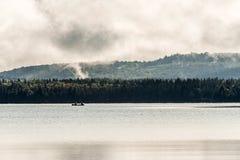 Lac ontario de Canada de deux canoës de canoë de rivières dessus près de l'eau en parc national d'algonquin images stock