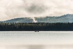 Lac ontario de Canada de deux canoës de canoë de rivières dessus près de l'eau en parc national d'algonquin image libre de droits