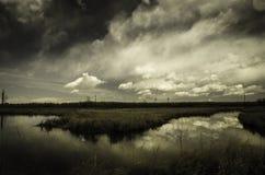 Lac paisible avec les nuages foncés Photographie stock
