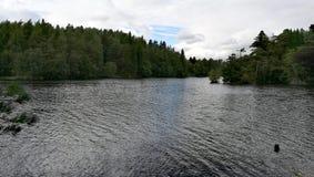 Lac paisible dans la campagne de l'Angleterre Image stock