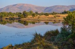 Lac paisible de vallée photo libre de droits