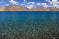 Lac Pangong avec le ciel bleu clair Images stock