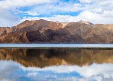 Lac Pangong ou TSO de Pangong avec la réflexion de montagnes, Ladakh, I Photo stock