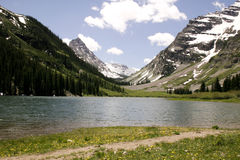 Lac par des montagnes photos libres de droits