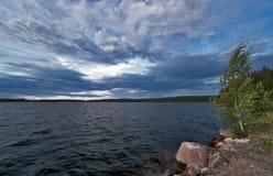 Lac par temps venteux nuageux Photos stock