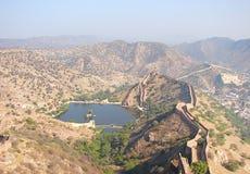 Lac parmi des collines, Amer, Jaipur, Ràjasthàn, Inde Photos libres de droits