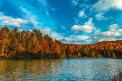 Lac pendant l'automne photo libre de droits
