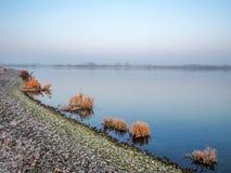 Lac pendant l'hiver photographie stock