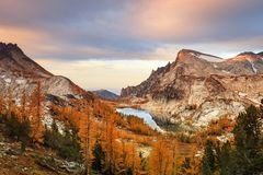 Lac perfection dans les montagnes de cascade, Washington, Etats-Unis photographie stock