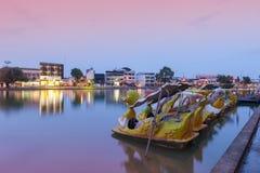 Lac Phalanchai de bondon, parc public et point de repère de la province de Roi Et, Thaïlande du nord-est, avec des bateaux de péd Image libre de droits