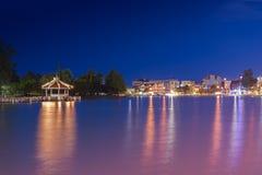Lac Phalanchai de bondon, parc public et point de repère de la province de Roi Et, Thaïlande du nord-est, avec des bateaux de péd Images libres de droits