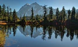 Lac picture - horizontal de prés de bruyère en automne Photographie stock libre de droits