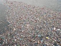 Lac pollué Pollution dans l'eau Bouteilles en plastique Les maladies et maladies images stock