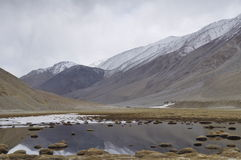 Lac près des montagnes couvertes par neige photographie stock libre de droits