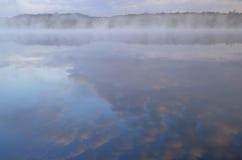 Lac profond en brouillard Photo stock