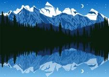 Lac près de la forêt de pin en montagnes sous le ciel nocturne Photographie stock libre de droits