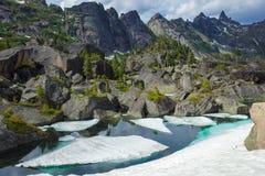 Lac pur mountain de couleur verte Été en montagnes Paysage remarquable de montagne photos stock