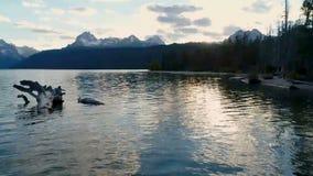 Lac redfish de lumière d'arrangement de Sun dans les montagnes de l'Idaho banque de vidéos