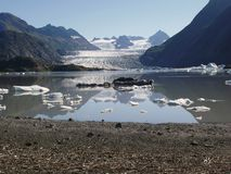 Lac rempli par glace avec le glacier images stock