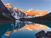 Lac renversant moraine pendant le matin Image stock