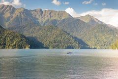 Lac Ritsa dans les montagnes Image stock