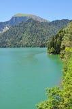 Lac Ritsa en l'Abkhazie en été 2016 Image libre de droits